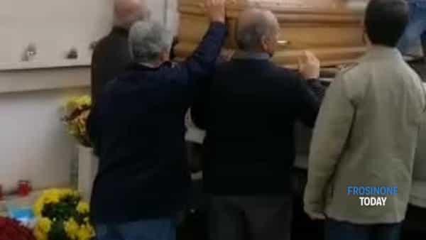 VIDEO | Cassino, cimitero senza operai: morto tumulato dai parenti