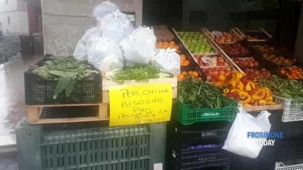 VIDEO | Coronavirus, negoziante egiziano regala a chi ha bisogno una busta di frutta e verdura