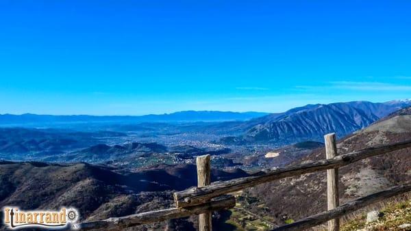La terrazza panoramica della Val Lattara e il rifugio